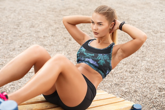 Vrouw buiten training sit ups