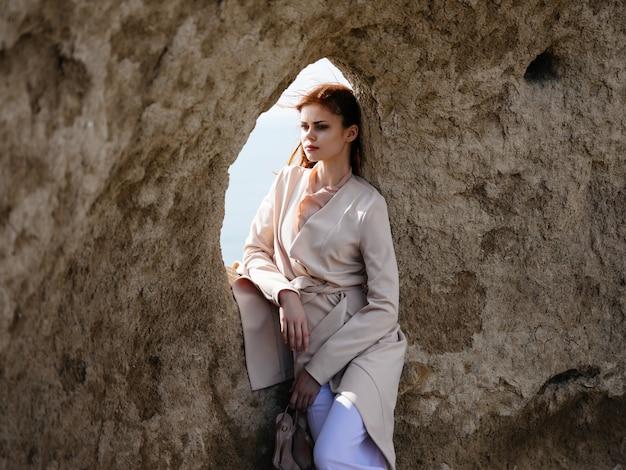 Vrouw buitenshuis landschap mode levensstijl