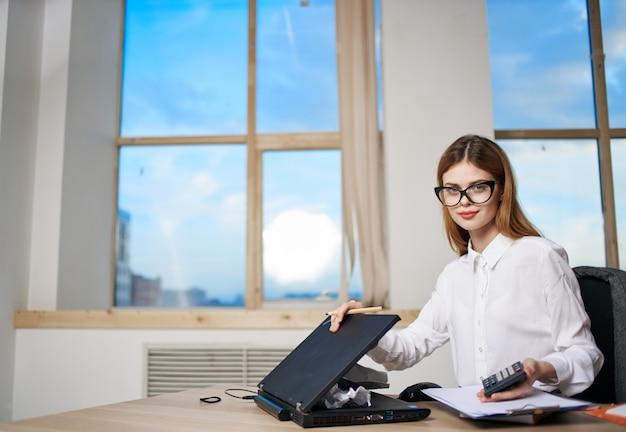 Vrouw bureau laptop technologie kantoorwerk emotie manager