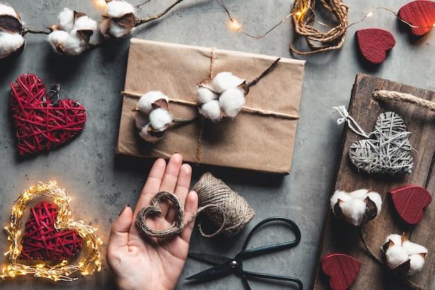 Vrouw cadeau voorbereiden verpakking voor valentijnsdag