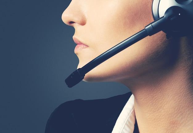 Vrouw callcenter operator op donkere achtergrond