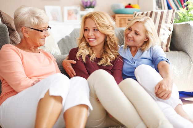 Vrouw chatten en roddelen in grootmoeder thuis