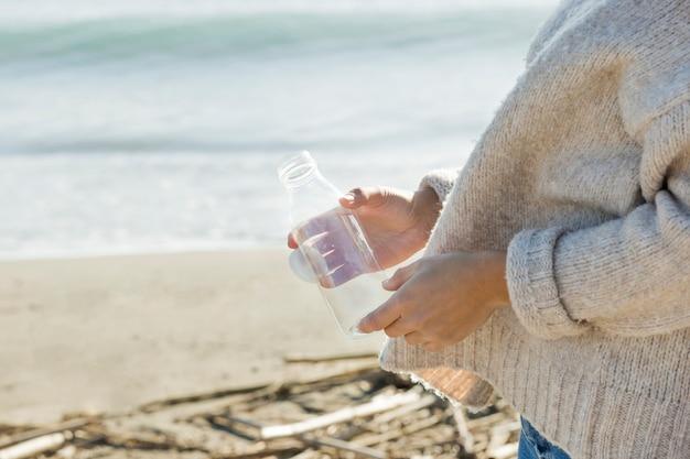 Vrouw collectie fles van zee