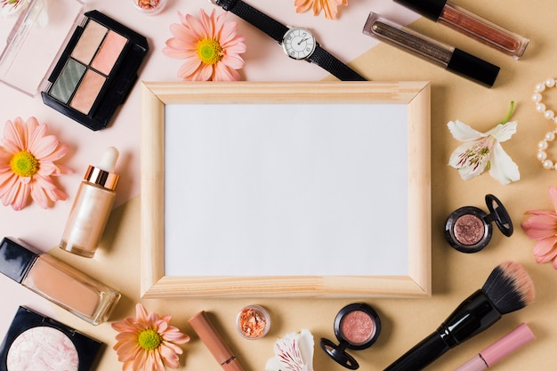 Vrouw collectie schoonheid zorg product accessoires op lichte ondergrond