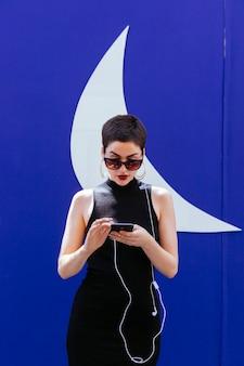 Vrouw communiceren met vrienden met smartphone