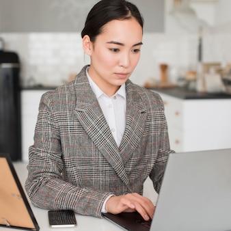 Vrouw concentreerde zich op het werk
