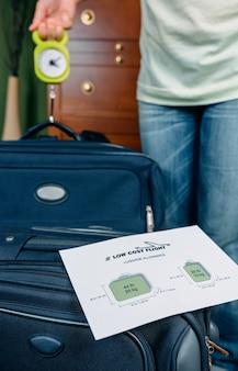Vrouw controleert het gewicht van de handbagage met behulp van een weegschaal door middel van restricties van goedkope luchtvaartmaatschappijen