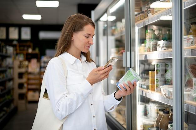 Vrouw controleert label medium shot