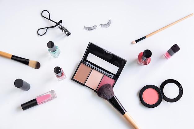 Vrouw cosmetica, borstel en make-up op witte achtergrond, bovenaanzicht