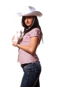 Vrouw cowgirl met konijntje