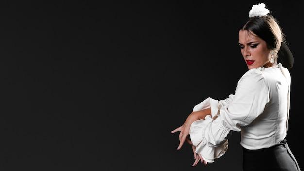 Vrouw dansen flamenco met kopie ruimte
