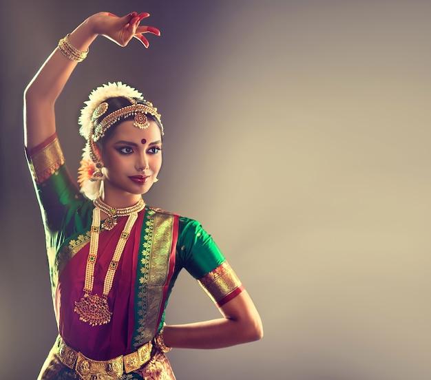 Vrouw danser van volks-indiase dans bharatanatyam genade en schoonheid van traditionele dansstijl