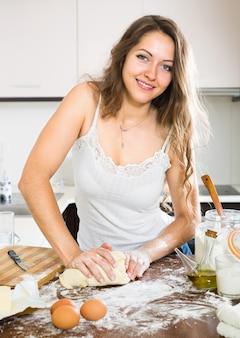 Vrouw deeg voorbereiden