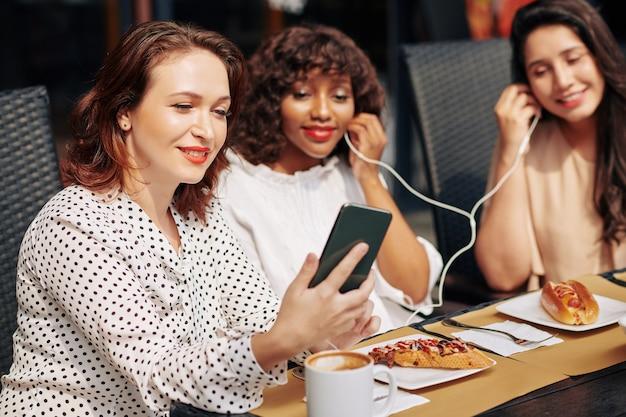 Vrouw deelt haar favoriete muziek met vrienden