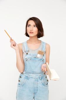 Vrouw denken als berekenen in gedachten, opschrijven in notebook
