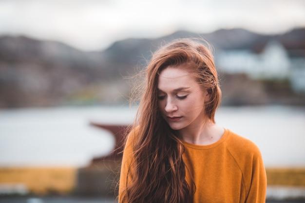 Vrouw dichtbij watermassa