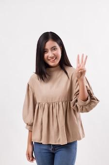 Vrouw die 3 vingers, nummer twee handgebaar, aziatisch vrouwenmodel benadrukt
