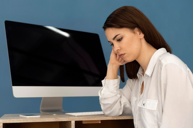 Vrouw die aan computer werkt