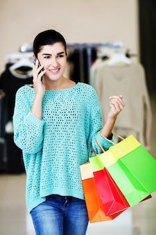 Vrouw die aan de telefoon spreekt
