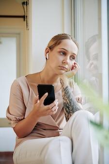 Vrouw die aan droevige muziek luistert