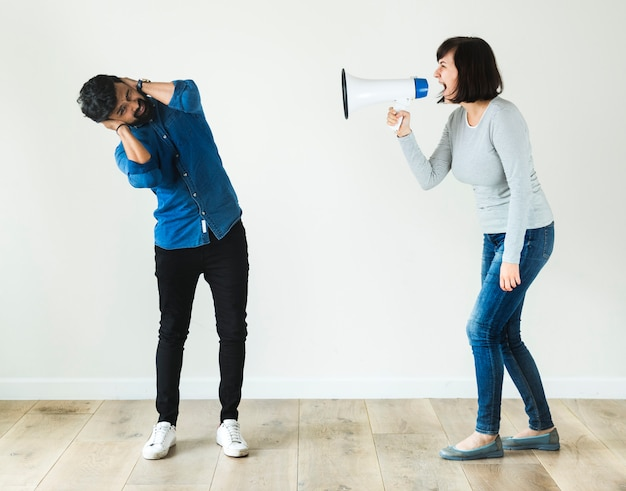 Vrouw die aan een man door megafoon schreeuwt