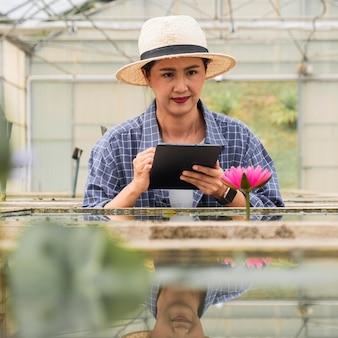 Vrouw die aan een tuinierproject werkt