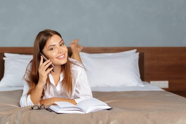 Vrouw die aan een zakenreis bij het hotel werkt
