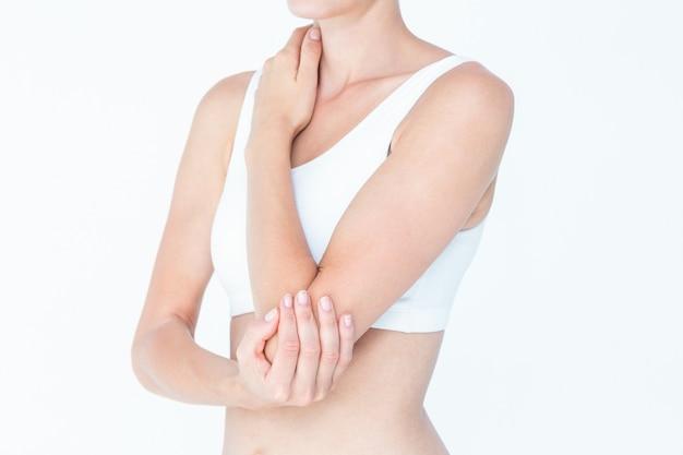 Vrouw die aan elleboogpijn lijdt