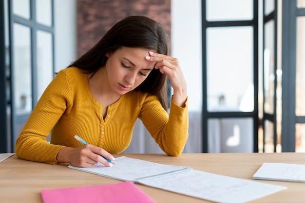Vrouw die aan haar papieren werkt