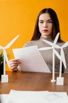 Vrouw die aan het project voor hernieuwbare energie werkt