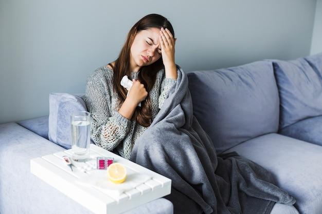 Vrouw die aan hoofdpijn lijdt