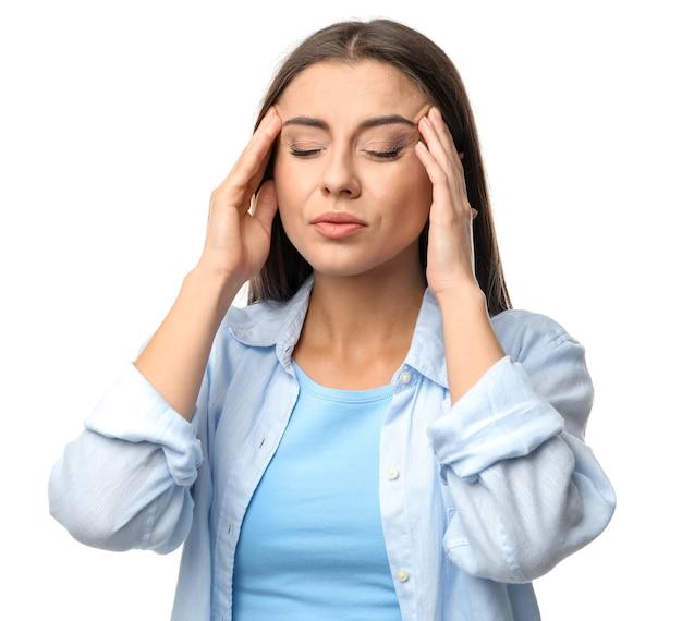 Vrouw die aan hoofdpijn op witte ondergrond lijdt