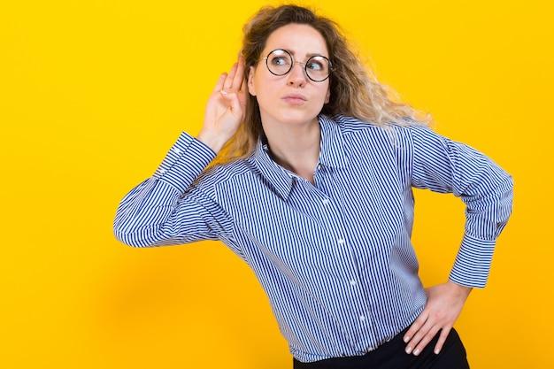 Vrouw die aan iets luistert