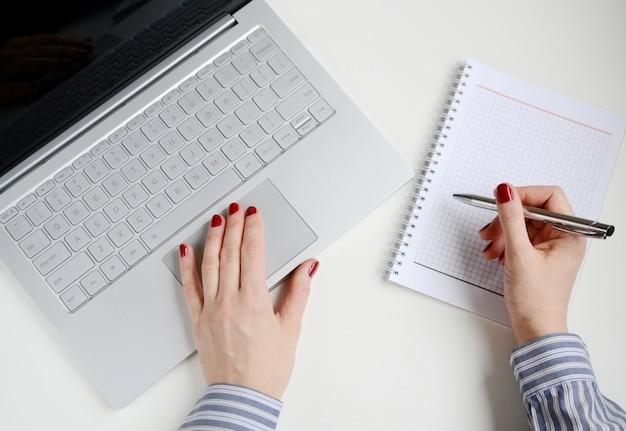 Vrouw die aan laptop in bureau werkt