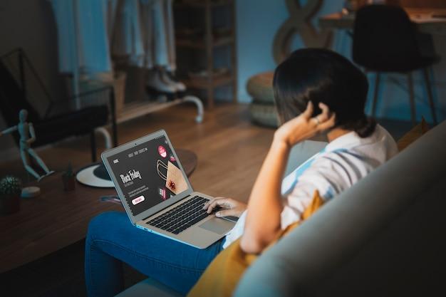 Vrouw die aan laptop omhoog werkt