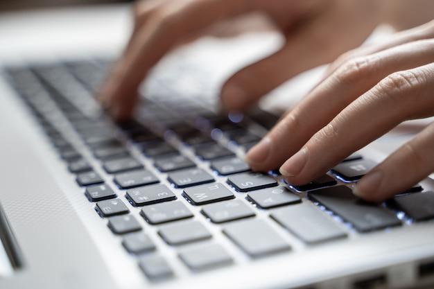 Vrouw die aan laptop thuis werkt