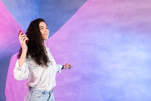 Vrouw die aan muziek en dans luistert
