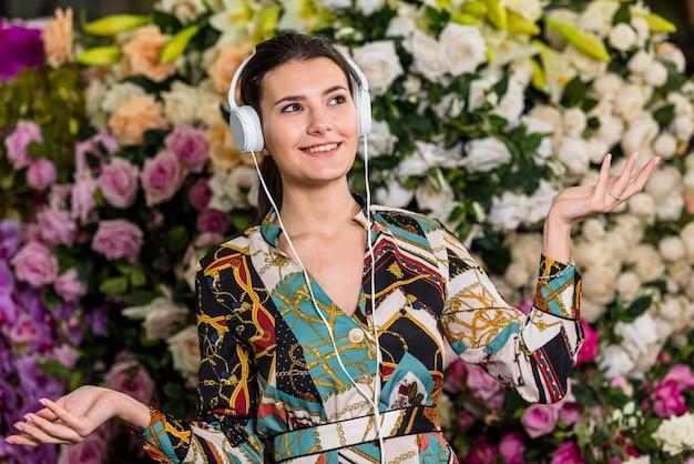 Vrouw die aan muziek in groen huis luistert