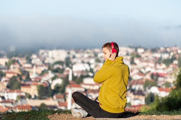 Vrouw die aan muziek in openlucht luistert