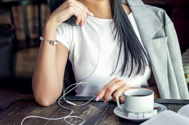 Vrouw die aan muziek luistert