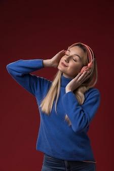 Vrouw die aan muziek op hoofdtelefoons luistert