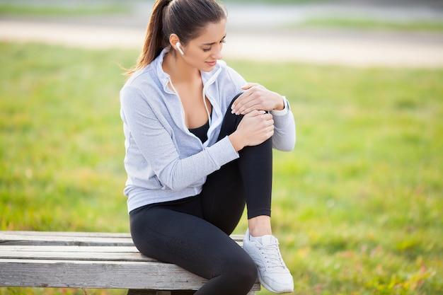 Vrouw die aan pijn in been na training lijden