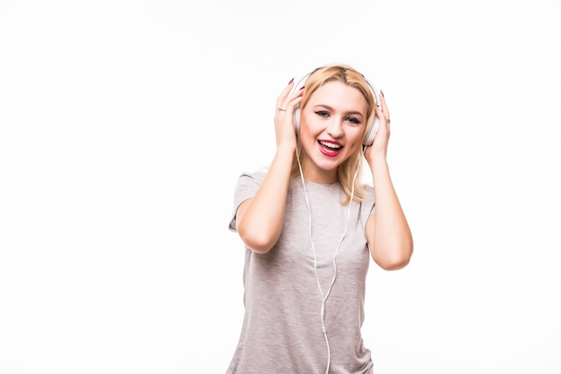 Vrouw die aan popmuziek op hoofdtelefoons luistert die van een dans genieten