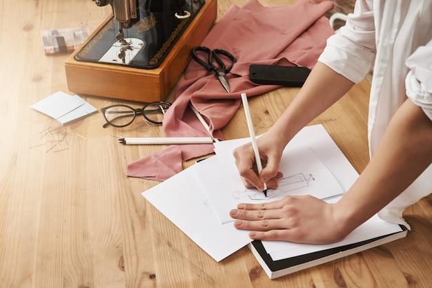 Vrouw die aantekeningen maakt op notebook