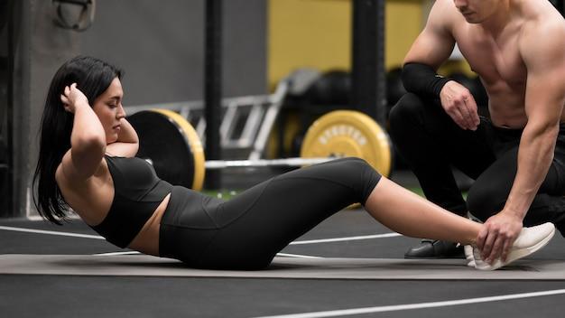 Vrouw die abs oefeningen doet