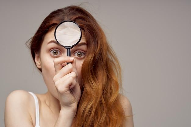 Vrouw die acne op haar gezicht heeft
