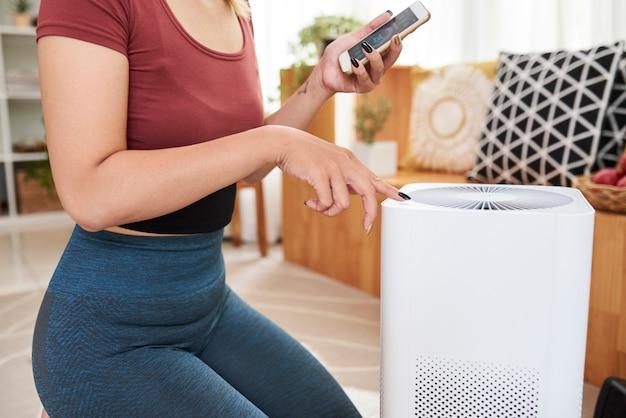Vrouw die airconditioner plaatst