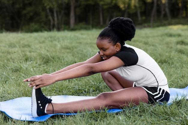 Vrouw die alleen buiten aan het trainen is