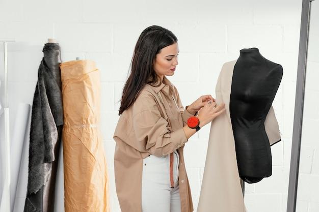 Vrouw die alleen in haar atelier werkt