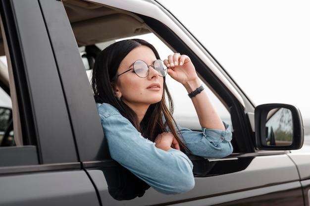 Vrouw die alleen reist met de auto